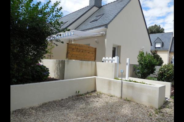 vue maison extérieure - parking voiture privé - Location de vacances - Arzon