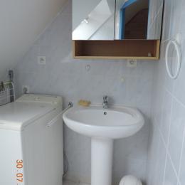 CABINET DE TOILETTE ETAGE AVEC LAVE LINGE ET WC - Location de vacances - Arzon