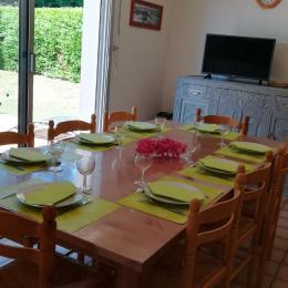 Salle à manger (avec cheminée) ouverte sur terrasse au Sud - Location de vacances - Saint-Gildas-de-Rhuys