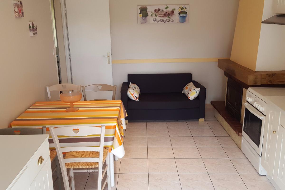 Coin salon avec cheminée - Location de vacances - Loyat