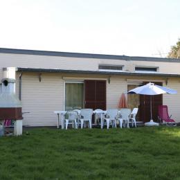 Accès au jardin pour chaque chambre Barbecue extérieur Salons de jardin et transats - Location de vacances - Saint-Congard