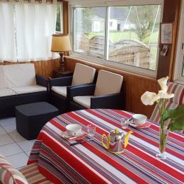 Salle de petit déjeuner avec espace détente - Vue sur le jardin et accès terrasse extérieure - Chambre d'hôte - Malestroit