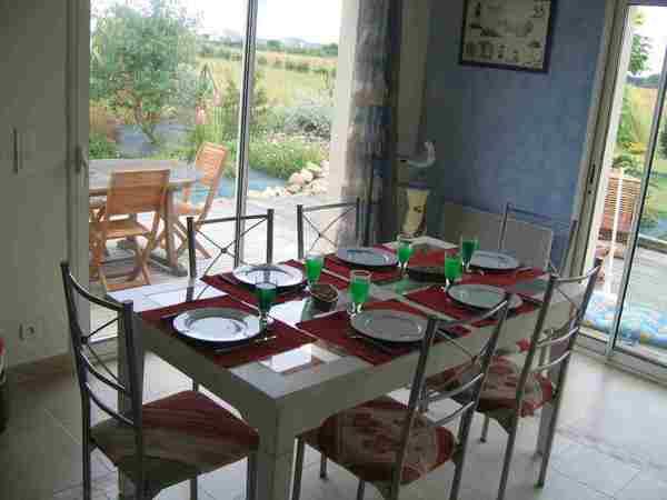 Salle spacieuse donnant sur 2 portes fenêtres - Location de vacances - Erdeven