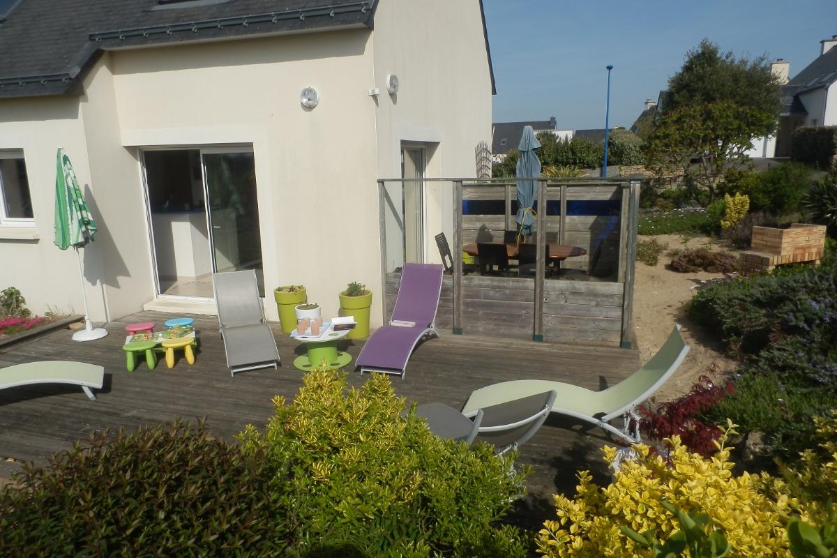 Vue de la terrasse avec son coin repas et le barbecue - Location de vacances - Erdeven