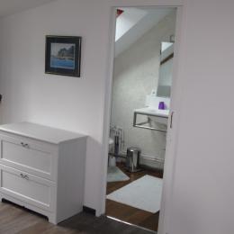 aperçu de la salle de bain/ wc attenante à la chambre à l'étage - Location de vacances - Noyalo