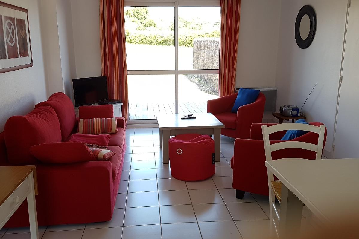 salon donnant sur terrasse en ipé - Location de vacances - Locmariaquer