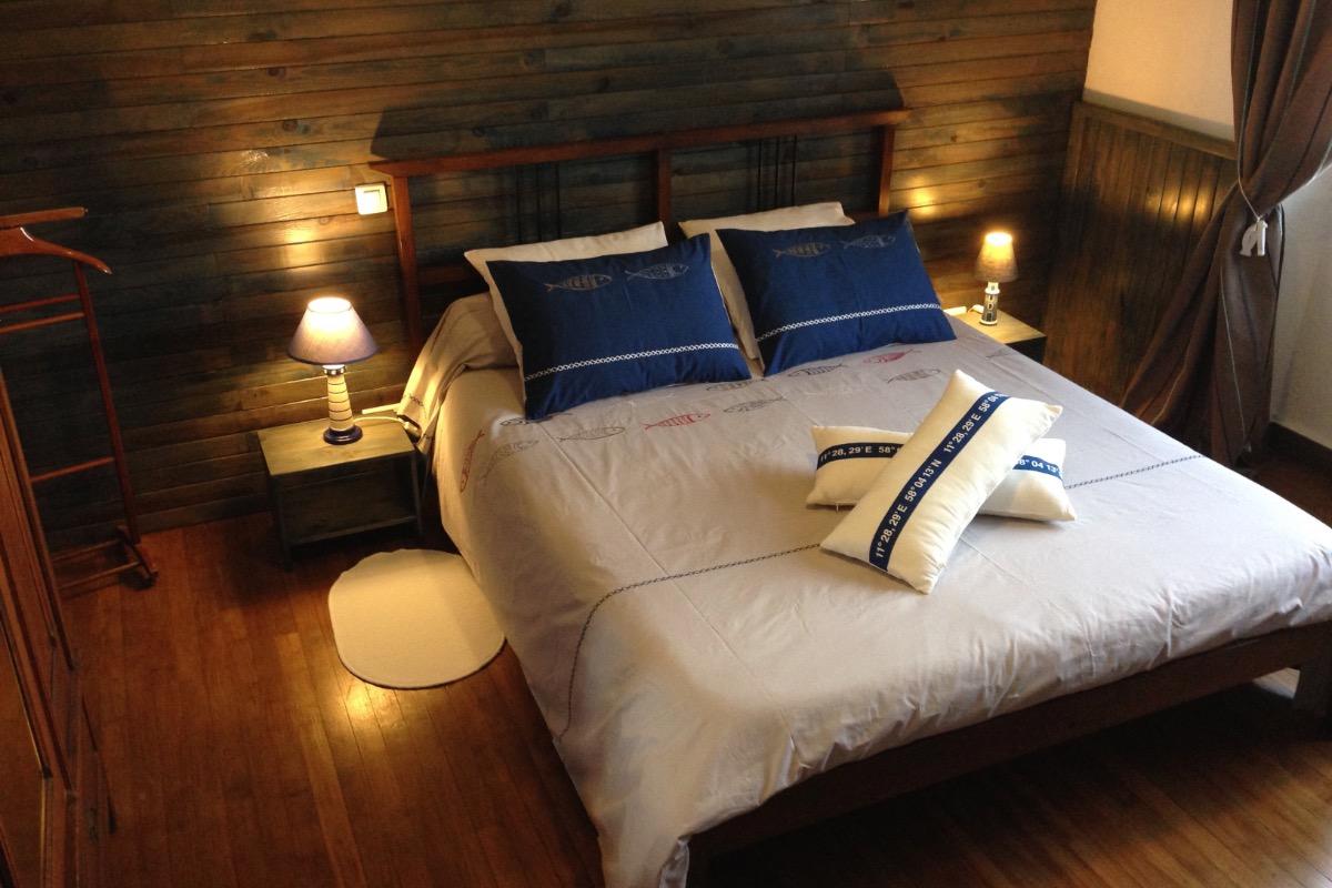 Un lit double king size pour la chambre Marine - Chambre d'hôtes - Ploërdut