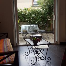 Vue sur terrasse depuis Cuisine - Location de vacances - Hennebont