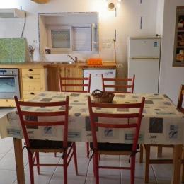 rez de chaussée, coin repas et cuisine - Location de vacances - Saint-Guyomard