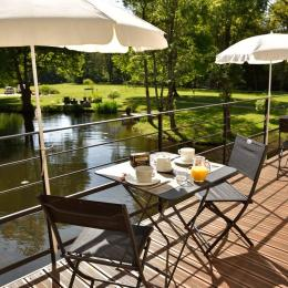 Terrasse extérieure pour petit déjeuner - Chambre d'hôtes - Peillac