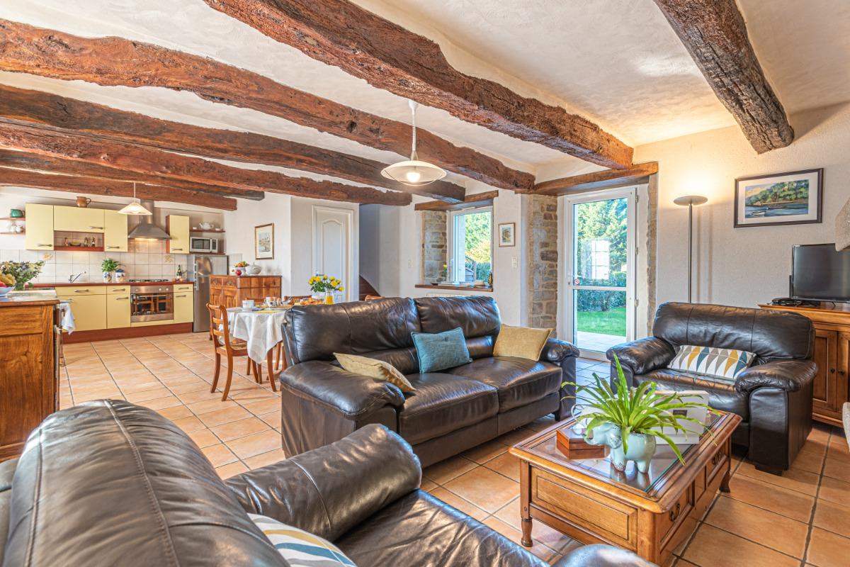 Salon-séjour ouvert sur la terrasse et jardin privés et totalement clos. - Location de vacances - Bono