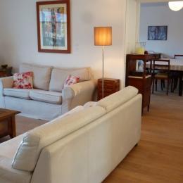Salon, vue vers la salle à manger de 40 m2 - Location de vacances - La Trinité-sur-Mer