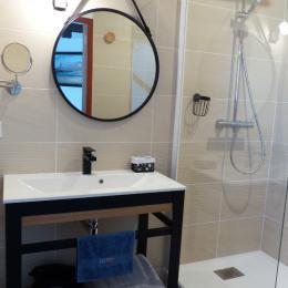 Moderne et pratique avec sa grande douche en pluie - Chambre d'hôtes - Trédion