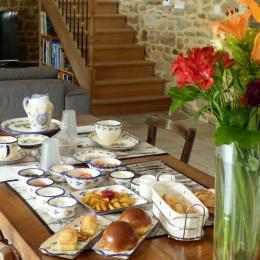 Salon en pierres apparentes où vous y prendrez votre petit déjeuner - Chambre d'hôtes - Trédion