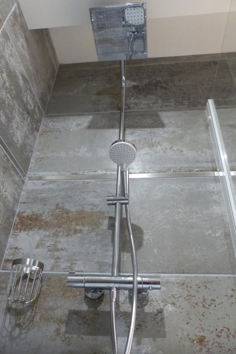 Grande salle de bain douche pluie avec seche cheveux - Chambre d'hôtes - Trédion
