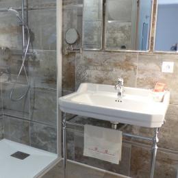 Lavabo d'antan et son miroir de barbier - Chambre d'hôtes - Trédion