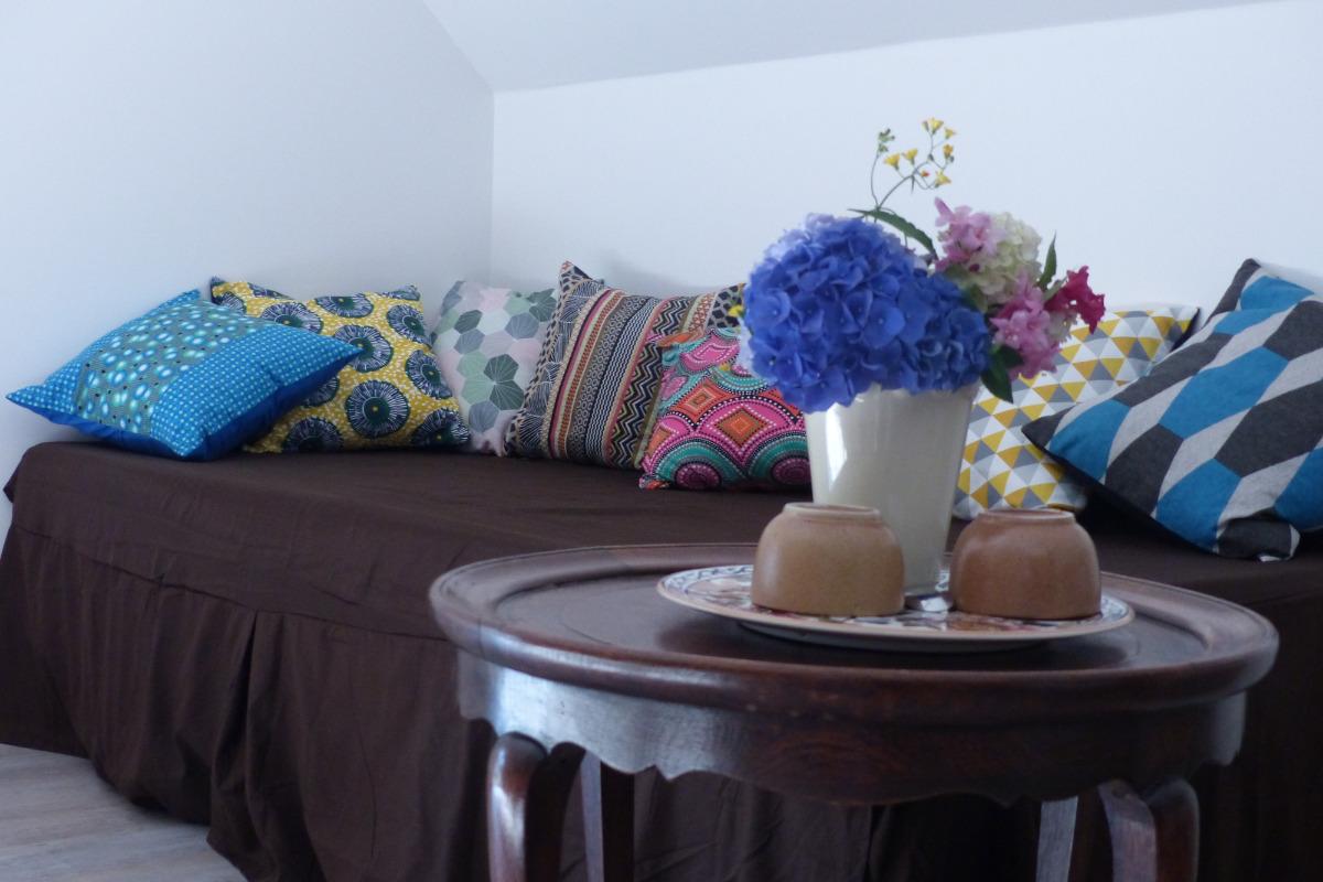 Le canapé lit et sa table basse - Chambre d'hôtes - Trédion