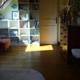 Dans la chambre, le coin salon et bibliothèque... - Chambre d'hôtes - Bignan