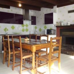 Cuisine fonctionnelle, équipée et sa cheminée - Location de vacances - Mauron