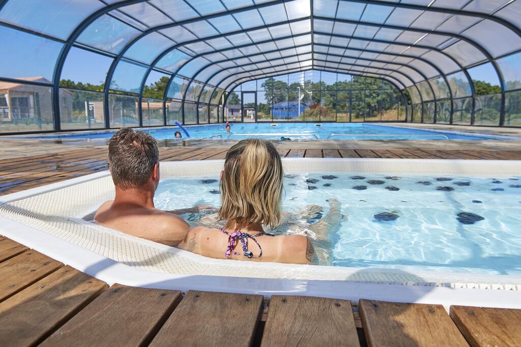 piscine 10 X 20m + Jacuzzi 8 pers + petite pataugeoire enfant - Location de vacances - Marzan