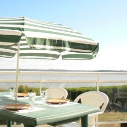 Déjeuner sur la terrasse - Location de vacances - Billiers