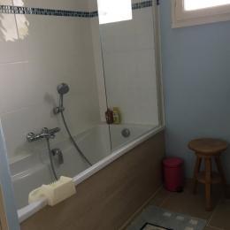 Salle de bain en face de l'entrée / WC séparés - Location de vacances - Arzon