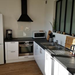 Grande cuisine toute équipée et ouverte sur le salon - Location de vacances - Erdeven
