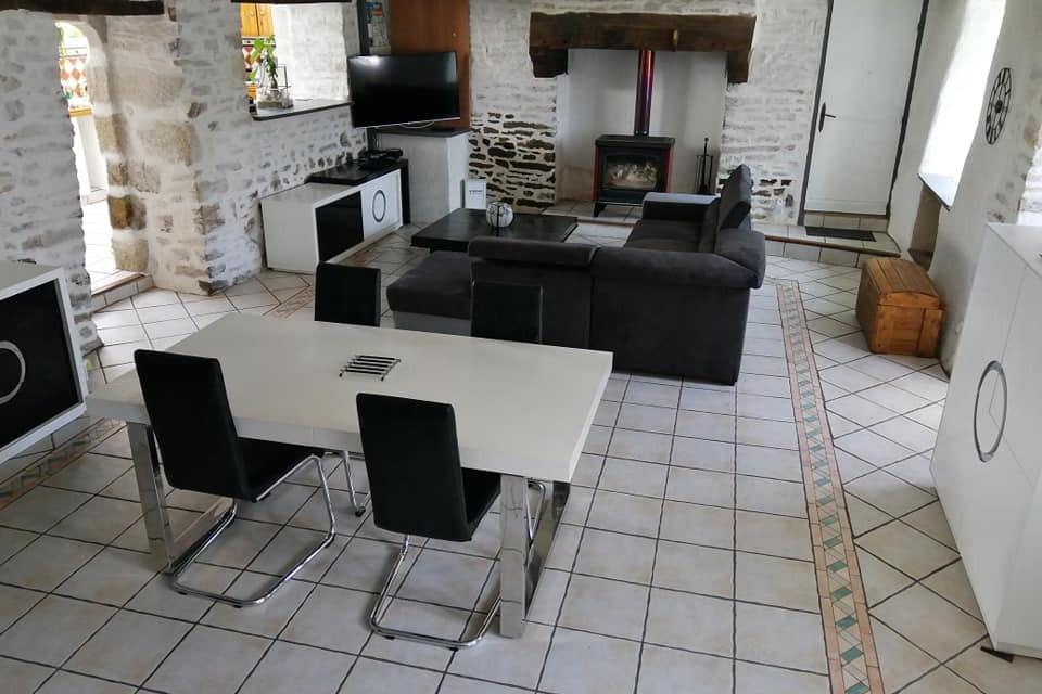 salle salon avec chéminée - Location de vacances - Calan