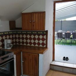 cuisine donnant sur la terrasse - Location de vacances - Calan