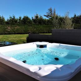 Jacuzzi 5 places sur la terrasse extérieure - Location de vacances - Plouhinec