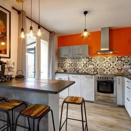 Une grande salle de bains, bien agencée, avec rangements - Location de vacances - Saint-Philibert
