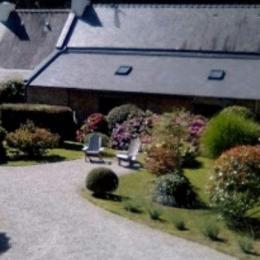 Entrée fleurie de la propriété - Location de vacances - Ploemel