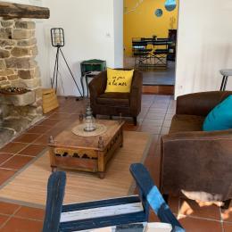 Salon avec cheminée vue sur la cuisine  - Location de vacances - Auray