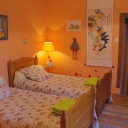Le poulailler est une chambre équipée de deux lits jumeaux, toilettes et salle de douche. Avec télévision et wifi gratuit. - Chambre d'hôtes - Racrange