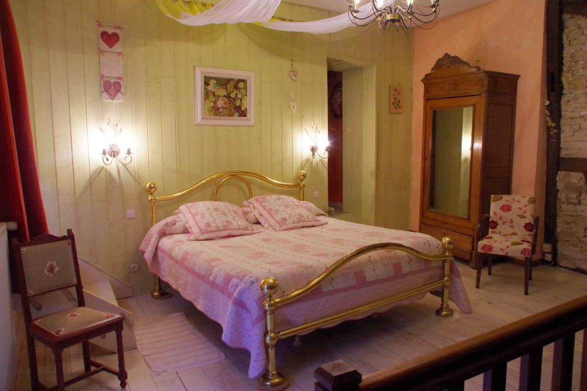 La Suite de l'évêque est une grande chambre en mezzanine équipée de deux grands lits, toilettes et salle de bain. Avec télévision grand écran et wifi gratuit. - Chambre d'hôtes - Racrange