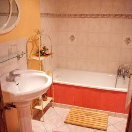 Une salle de bains avec une grande baignoire, et des toilettes séparées équipent la chambre. - Chambre d'hôtes - Racrange