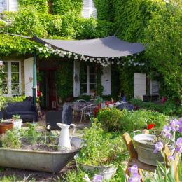 La chambre donne directement sur le grand jardin, arboré et fleuri. - Chambre d'hôtes - Racrange