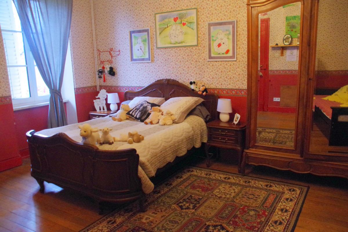 La Bergerie est une chambre équipée d'un grand lit double et de deux lits jumeaux simples. La salle de douche privative est attenante, sur le palier. Avec télévision et wifi gratuit. - Chambre d'hôtes - Racrange
