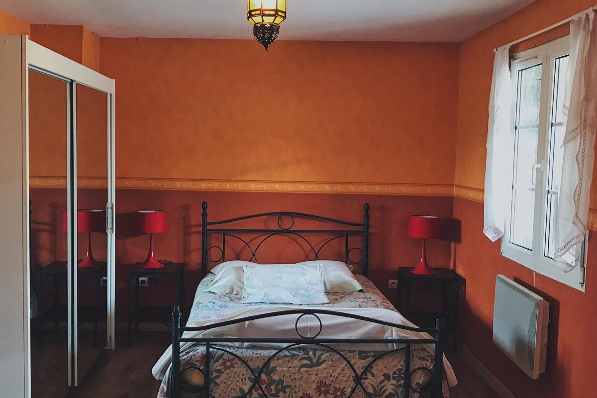 Grande chambre - lit double et rangements - Location de vacances - Luttange