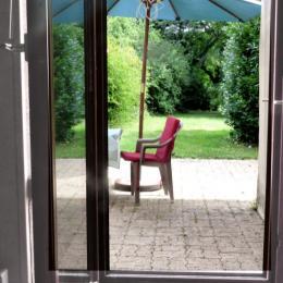 La cuisine avec accès à la terrasse et au jardin - Location de vacances - La Chapelle-Saint-André
