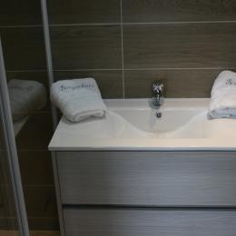 Une salle de bains récente et complète - Location de vacances - Bergues