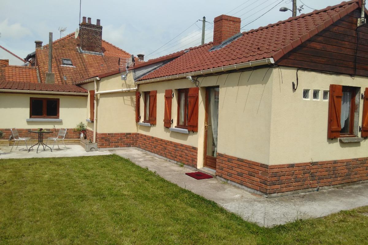 vue d'ensemble du gite: terrasse et jardin - Location de vacances - Watten