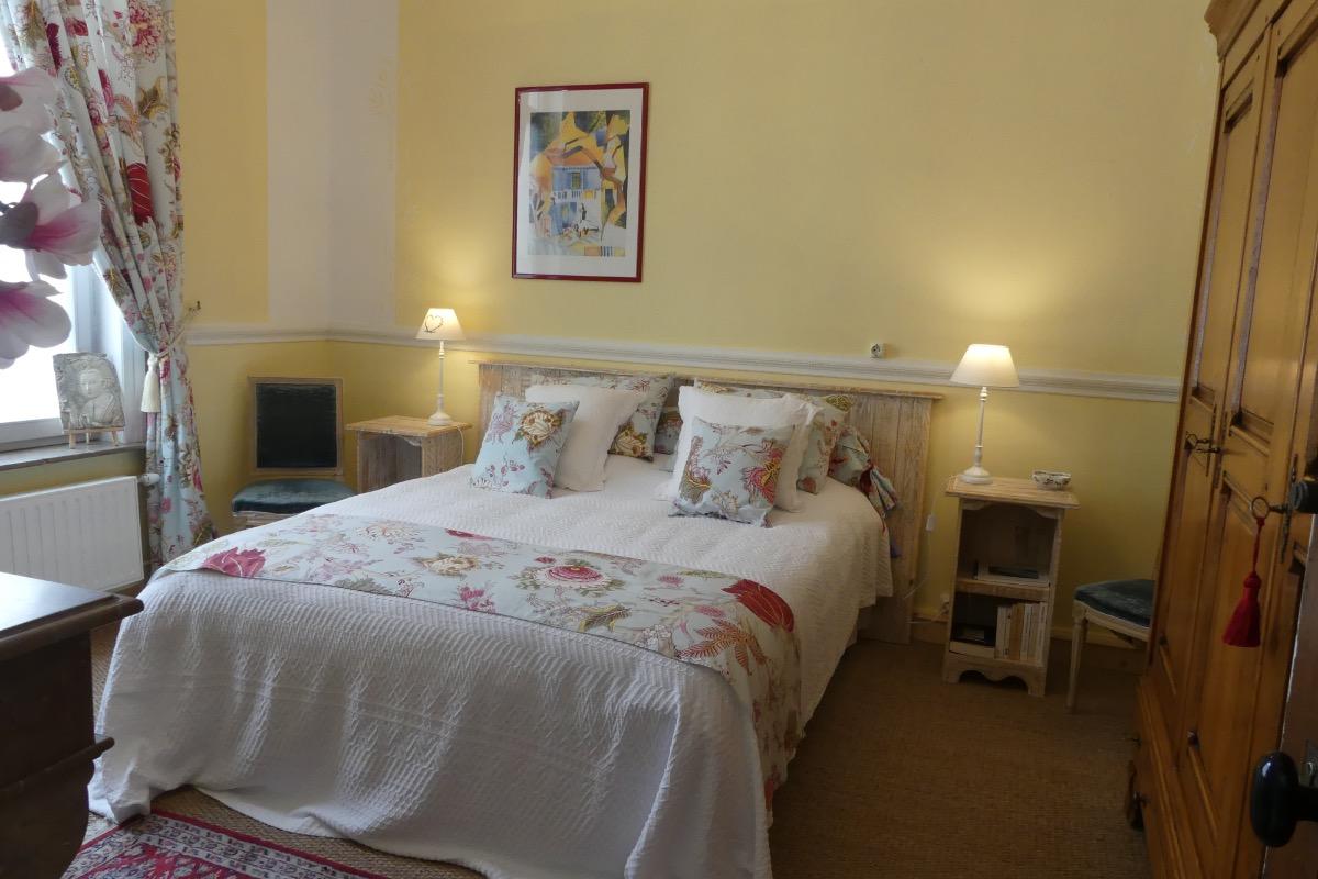 Chambre avec armoire penderie et peignoirs de bain - Chambre d'hôtes - Le Quesnoy