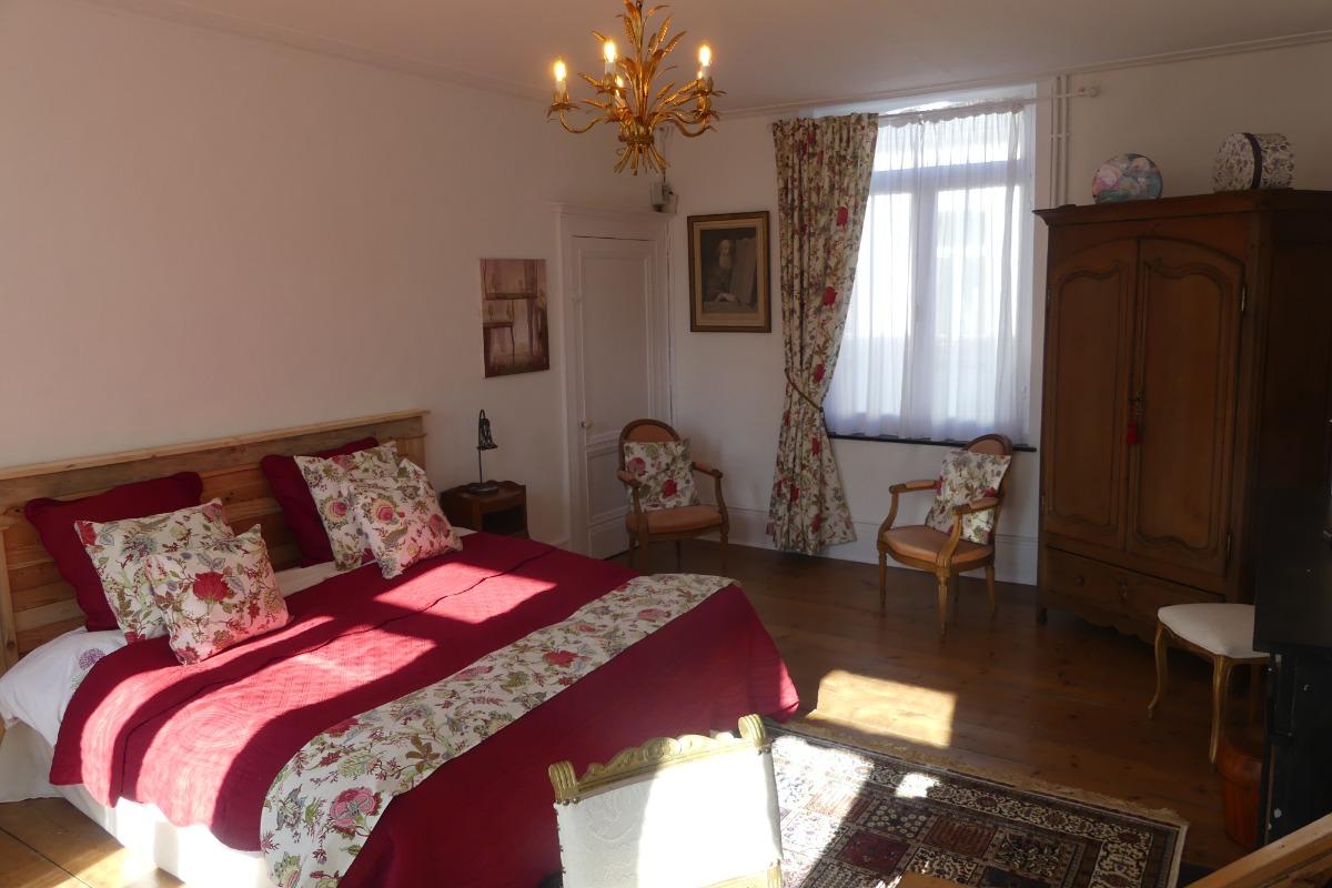 armoire penderie, deux peignoirs de bain, fauteuils, petite table. - Chambre d'hôtes - Le Quesnoy