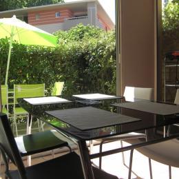 Véranda et terrasse forment un lieu de vie particulièrement appréciable l'été - Location de vacances - Cagnes-sur-Mer