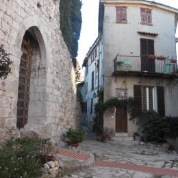 Appartement au 2ème étage de la maison avec balcon, rue piétonne la Turbie - Location de vacances - La Turbie