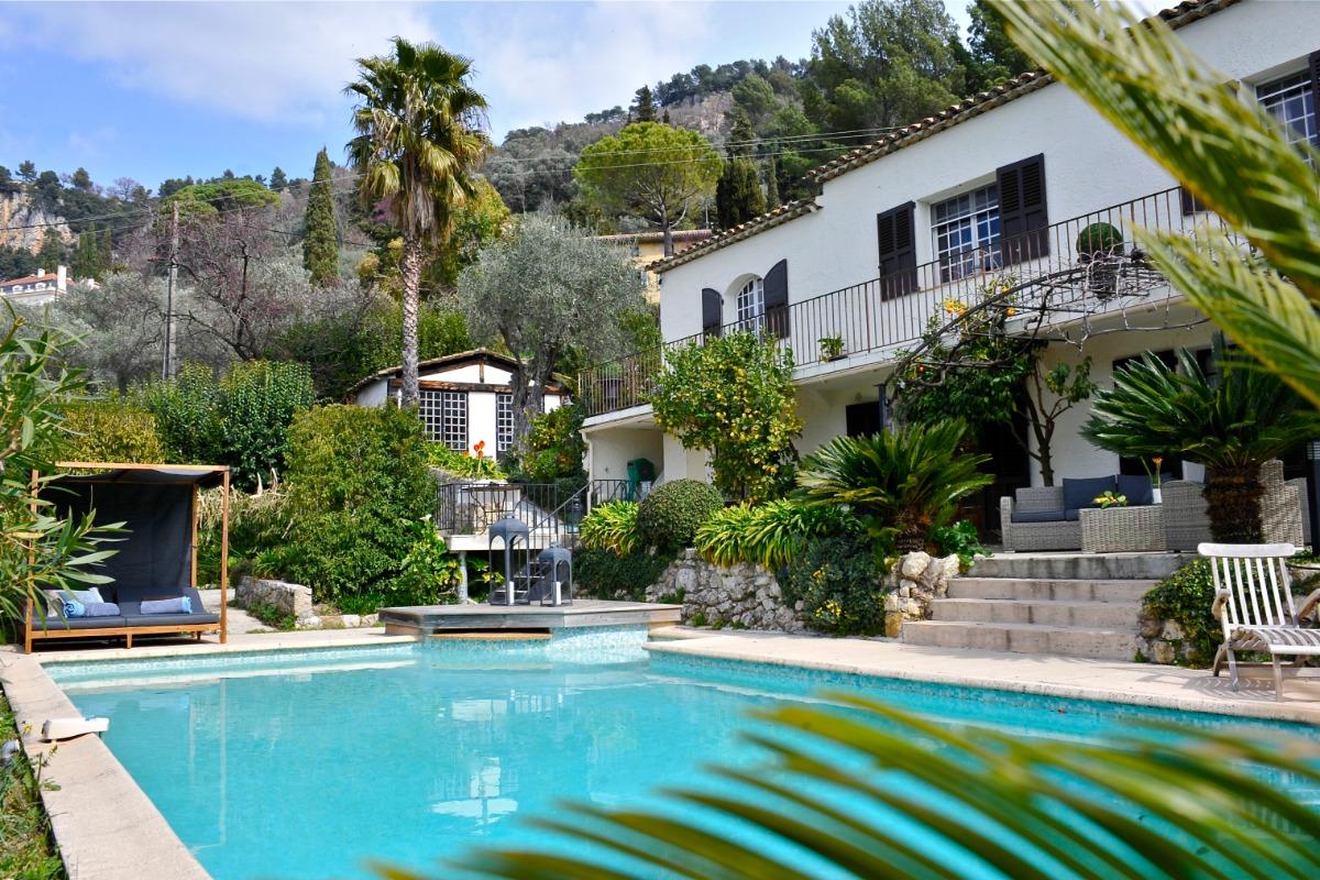 Espace piscine avec accès à la terrasse et au logement - Location de vacances - Grasse