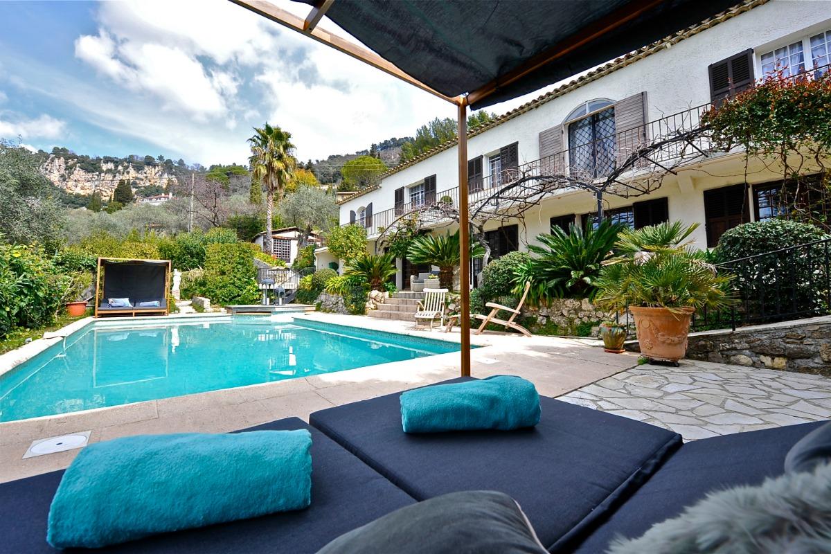 Espace piscine avec bed - Location de vacances - Grasse