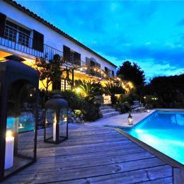 Piscine et terrasse au crépuscule - Location de vacances - Grasse