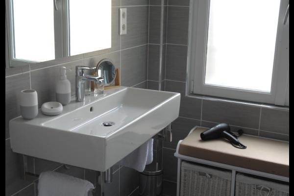 Salle d'eau Louise, grande vasque, sèche-cheveux, produits d'accueil. - Chambre d'hôtes - Beauvais